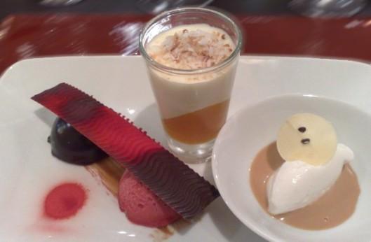 """Pout-pourri: sorvete de tapioca, calda de maracujá, sorbet de framboesa, musse de chocolate e uma pranchinha de chocolate ondulado sugestivamente batizada de """"Calçadão"""""""