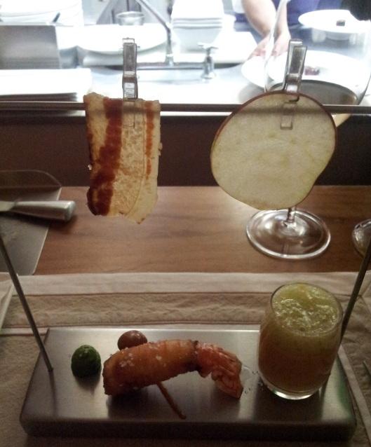 Varal de maca e bacon da casa, lagostin, barbecue, pasta de coentro, bisque de camarao com espuma de chuchu